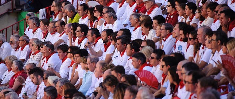 Público en la Plaza de Toros de Pamplona sentados en el tendido