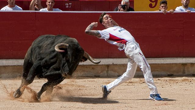 recortador con un toro