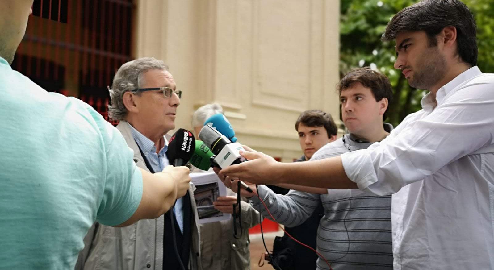 José María Marco hablando a los medios